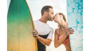 Paar mit Surfbrett